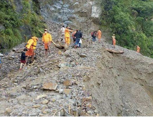 उत्तराखंड में भारी बारिश-भूस्खलन से सड़कें ध्वस्त, NDRF फंसे लोगों को महफूज स्थानों पर पहुंचाने में जुटी