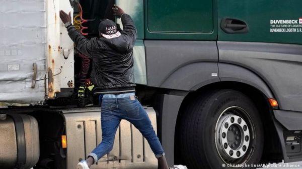 ब्रिटेन जाने की ऐसी दीवानगी: ट्रकों पर छलांग लगा रहे आप्रवासी
