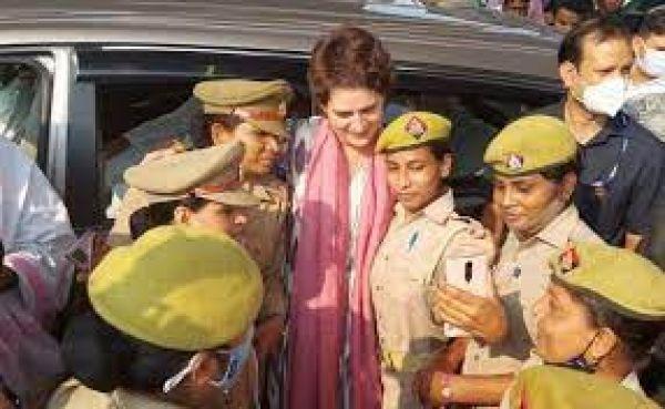 जब प्रियंका गांधी के साथ सेल्फी के लिए महिला पुलिसकर्मियों में मची होड़...