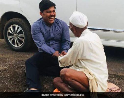 बुजुर्ग के साथ ज़मीन पर ही बैठकर बात करने लगा IAS, लोगों ने किया सादगी को सलाम