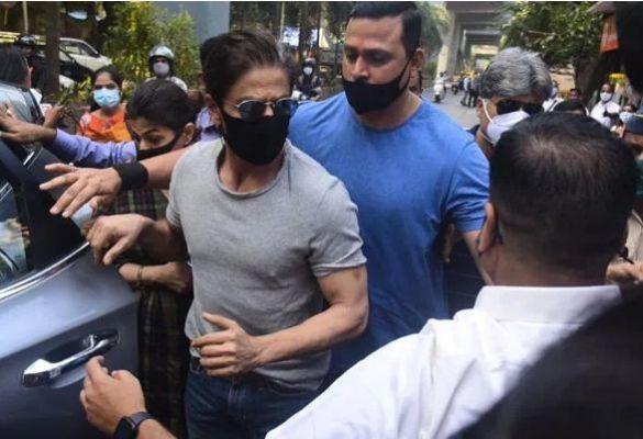 बेटे आर्यन से जेल में मुलाकत कर लौटे शाहरुख खान के घर 'मन्नत' पहुंची NCB की टीम, थोड़ी देर में ही लौटी