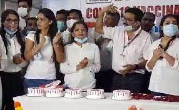 Mumbai में भी मना एक अरब टीकाकरण का जश्न : केक कटा, रंगोली सजी और कोरोना वारियर्स हुए सम्मानित