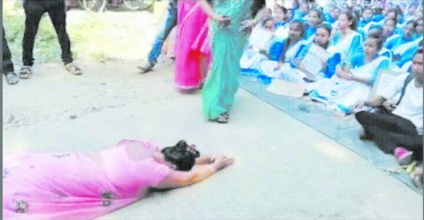 छात्रों के सामने घुटने टेक माफी मांगने मजबूर