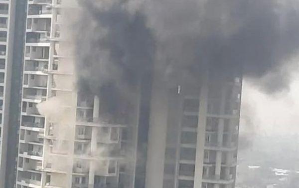मुंबई की बिल्डिंग में लगी भीषण आग, बचने की कोशिश कर रहा शख्स 19वें फ्लोर से गिरा