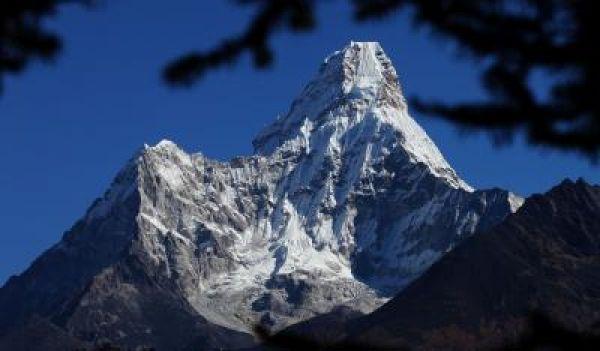 नेपाल की चोटी से पांच पर्वतारोहियों को बचाया गया, एक लापता