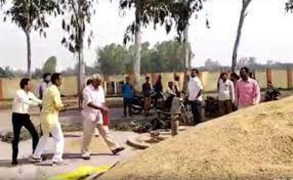 दो हफ्ते से धान लेकर मंडी में भटक रहा था, कोई खरीदार नहीं मिला तो किसान ने निराश होकर लगा दी आग..