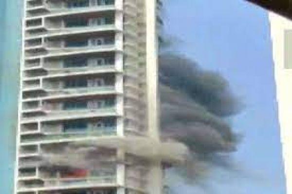 60 मंजिला अपार्टमेंट में लगी आग, बचने के लिए 19वीं मंजिल से कूदा शख्स, मौत