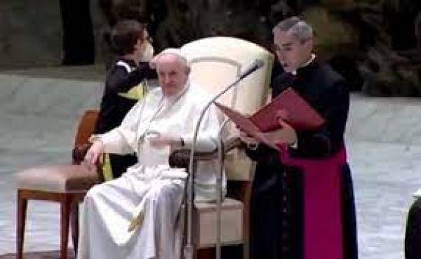 पोप फ्रांसिस की टोपी खींचने लगा ये मासूम बच्चा, लोगों ने कहा- कितना क्यूट है!