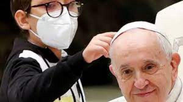 कार्यक्रम के बीच पोप फ्रांसिस की टोपी खींचने लगा बच्चा! इंटरनेट पर वायरल हो रहा क्यूट वीडियो