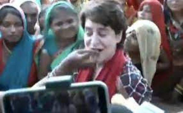 महिलाएं खिला रही थीं खाना, तभी प्रियंका गांधी बोलीं- भाई ने कहा है मोटी हो रही हो कम खाओ