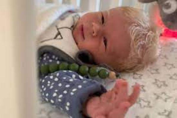 बर्फ की तरह सफेद बालों के साथ पैदा हुआ अनोखा बच्चा, देखकर डॉक्टर्स के भी उड़े होश!