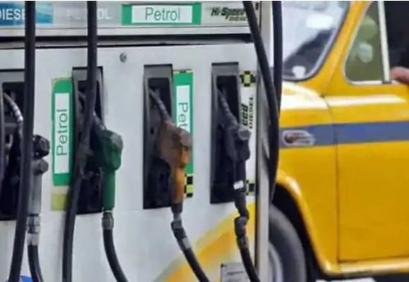 हर महीने औसतन 2 रुपये बढ़ रहे पेट्रोल के दाम, कोरोना काल में ही 36 रुपये हुआ महंगा