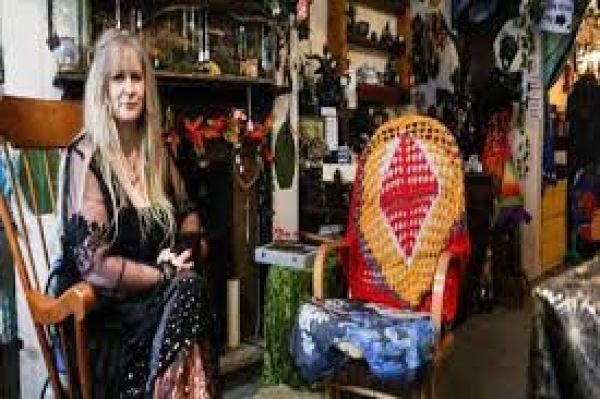 खुद को जादूगरनी मानती है महिला, 4 साल की उम्र से रहा है भूत-प्रेतों से नाता, बनाई है तिलिस्मी दुनिया !