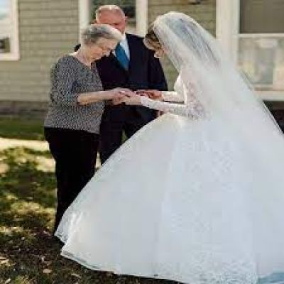 पोती ने शादी में पहना दादी की शादी का जोड़ा, 60 साल पुरानी ड्रेस में लगी बेहद खूबसूरत !