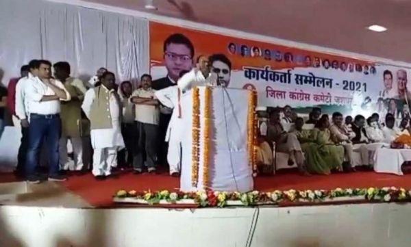 जशपुर कांग्रेस सम्मेलन में सिंहदेव समर्थक का माइक छीना, मंच से धकेला, विरोध में पत्थलगांव में प्रदर्शन, पुतला दहन