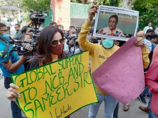 दिल्ली: एनसीबी दफ्तर के बाहर पहुंचे समीर वानखेड़े के समर्थक, उनपर लगे आरोप को निराधार बताया