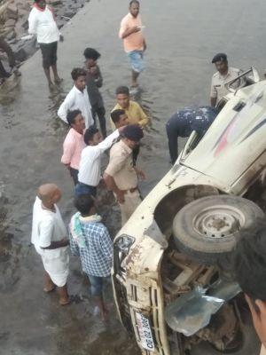 सरकारी गाड़ी पुल से महानदी में गिरी, दो शिक्षकों की मौत, एक घायल