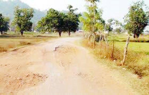 भरसेला मार्ग जर्जर, ग्रामीण हो रहे हैं धूल से परेशान