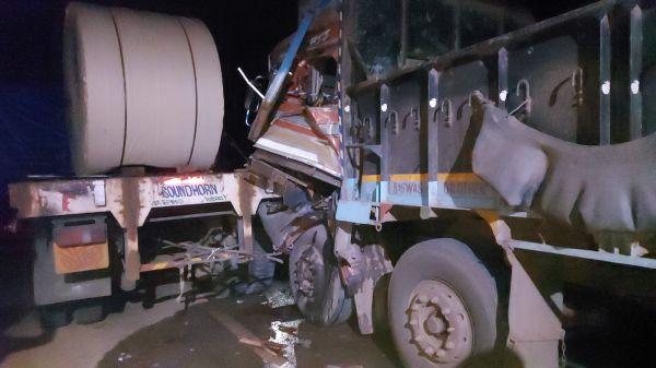 ट्रक पलटा, लगातार तीसरी रात भी केशकाल घाटी जाम