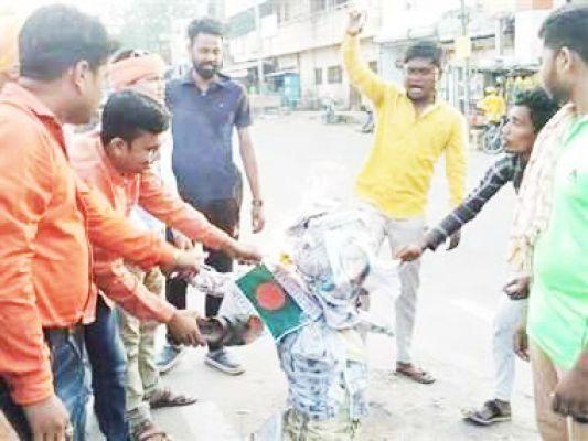 बांग्लादेश की प्रधानमंत्री का फूंका पुतला