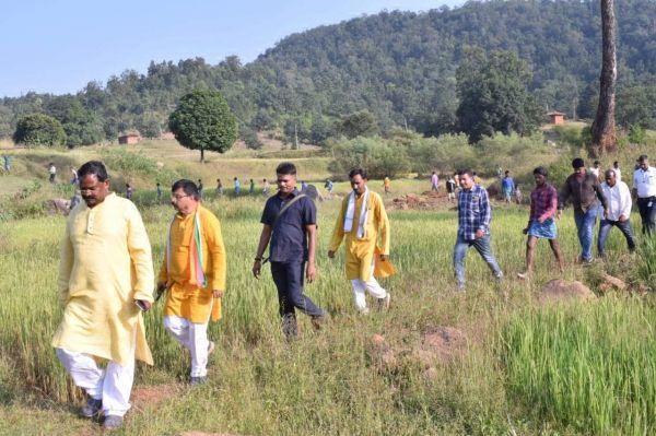 5 किमी पैदल चलकर नदी के दलधोआ घाट पहुंचे अमरजीत, बांध निर्माण क्षेत्र का किया दौरा