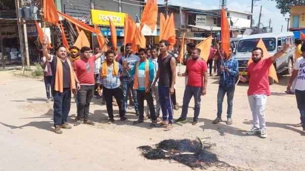 बांग्लादेश में हिंदुओं पर हो रहे हमले के विरोध में फूंका पुतला