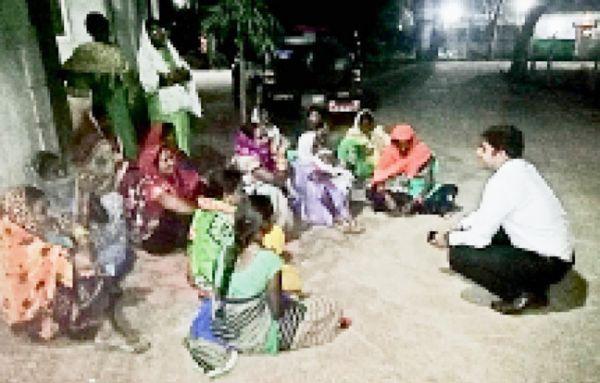 मजदूरी भुगतान के लिए डीएफओ का इंतजार करते शाम तक वन मंडल में बैठी रही महिलाएं, जमीन पर साथ बैठ सुलझाई समस्याएं