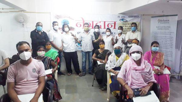 कोरोना टीकाकरण के लिए नवदृष्टि-रिलायंस फाउंडेशन के सदस्य कर रहे जागरूक