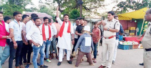 बढ़ती महंगाई के विरोध में शिवसैनिकों  ने केंद्रीय मंत्री का पुतला फूंका