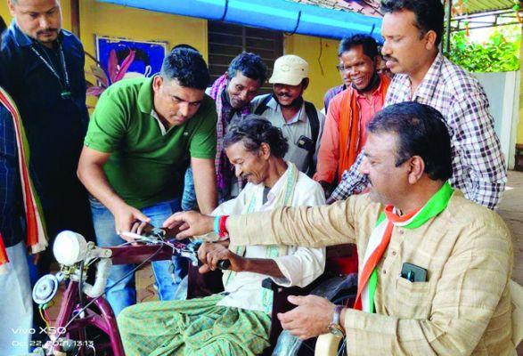 लखमू को संसदीय सचिव जैन ने दी बैटरी चलित ट्रायसाइकिल