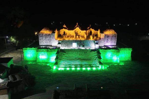 तिरंगे के तीन रंगों को लेकर बिजली की झिलमिल रोशनी से रौशन हुआ पुरातात्विक स्थल सिरपुर कासुरंग टीला