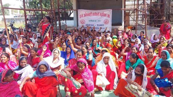 मांगों को ले आंबा कार्यकर्ताओं ने दिया धरना