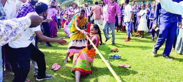 ग्रामीण खेलकूद प्रतियोगिता में महिलाओं  व ग्रामीणों ने भाग लिया