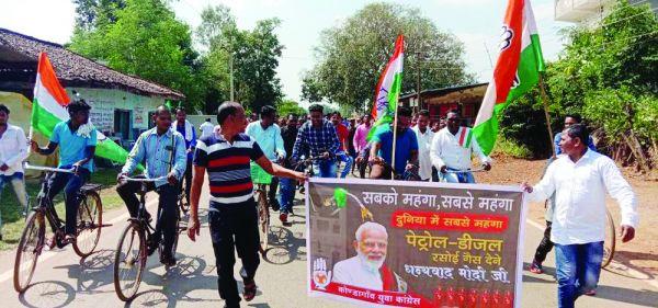 युवा कांग्रेस ने पेट्रोल-डीजल व रसोई गैस के बढ़ते दामों के विरोध में किया प्रदर्शन