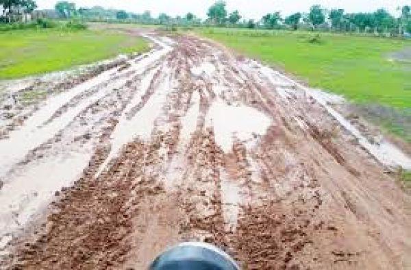 ग्रामीण कर रहे हैं 30 बरस से 3 किमी सडक़ निर्माण की मांग