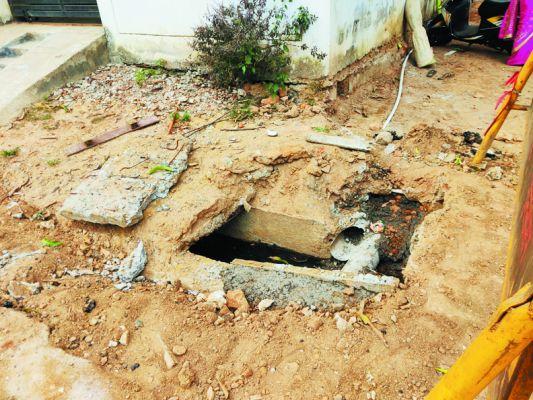 जलआवर्धन निर्माण कार्य में गड्ढा खोद कर छोड़ा, हादसे का डर