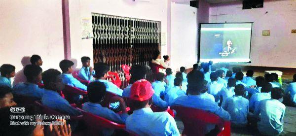 सीआरपीएफ ने ग्रामीणों-छात्रों को दिखाई भुज फि़ल्म