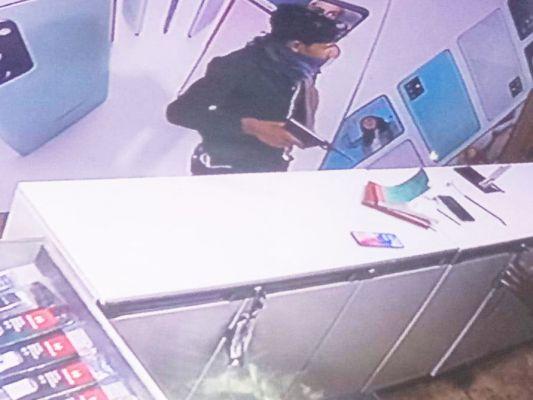 कुम्हारी में पिस्टल तान दुकानदार को लूट निकल भागा बाईकर, सीसीटीवी में कैद
