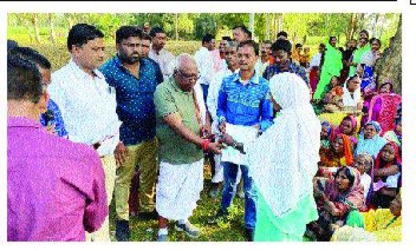 ग्रामीणों की समस्याओं से रूबरू हुए संसदीय सचिव,  पट्टा वितरण