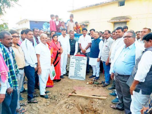 संसदीय सचिव ने किया सामुदायिक भवन व सीसी रोड निर्माण के लिए भूमिपूजन