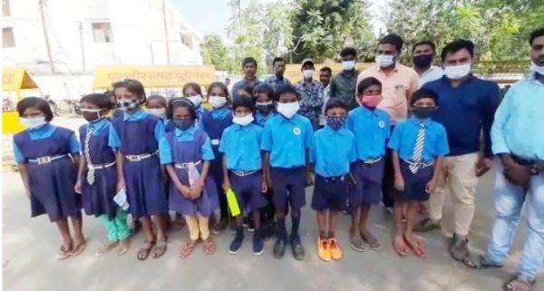 प्राथमिक स्कूल भवन की मांग लेकर बच्चों ने लगाई गुहार